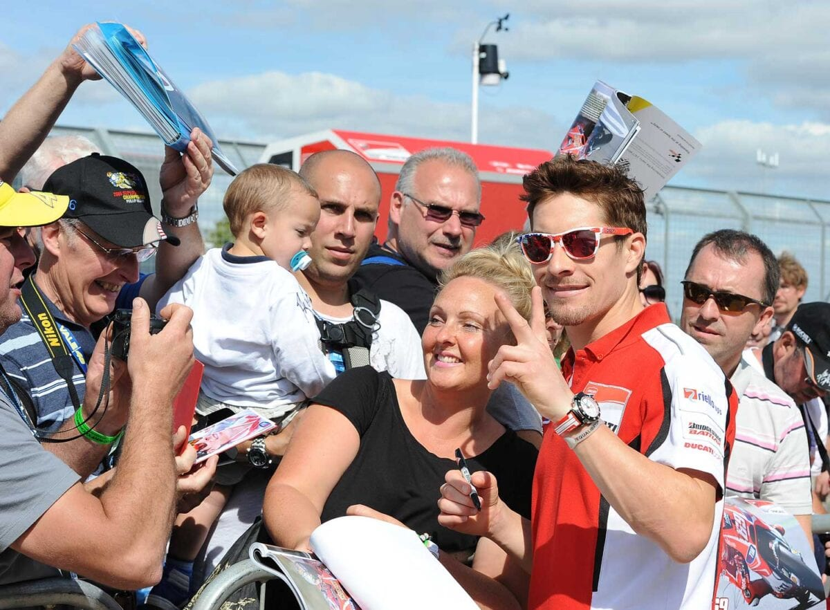 Nicky-Hayden-signs-for-the-fans-in-pit-lane-(2)
