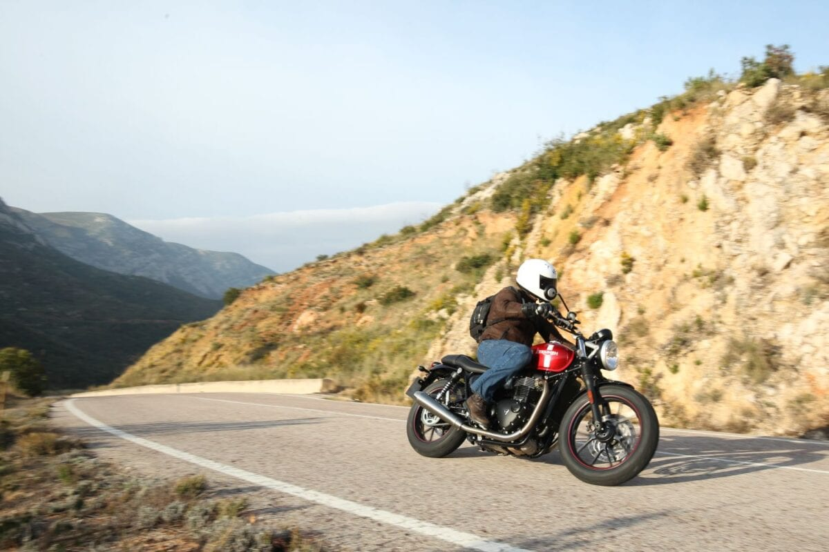 2016 Triumph Street Twin Action_075lores