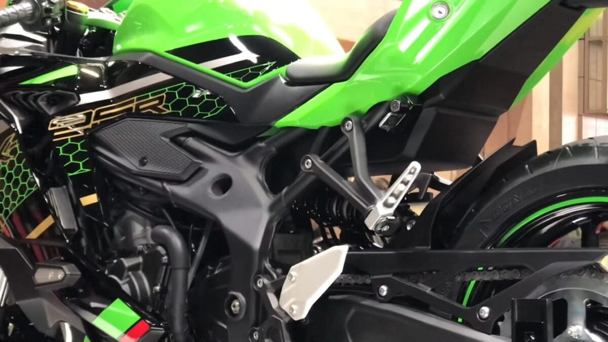 The Kawasaki motorcycle's frame is steel trellis and looks narrow in Tokyo Motor Show photos.