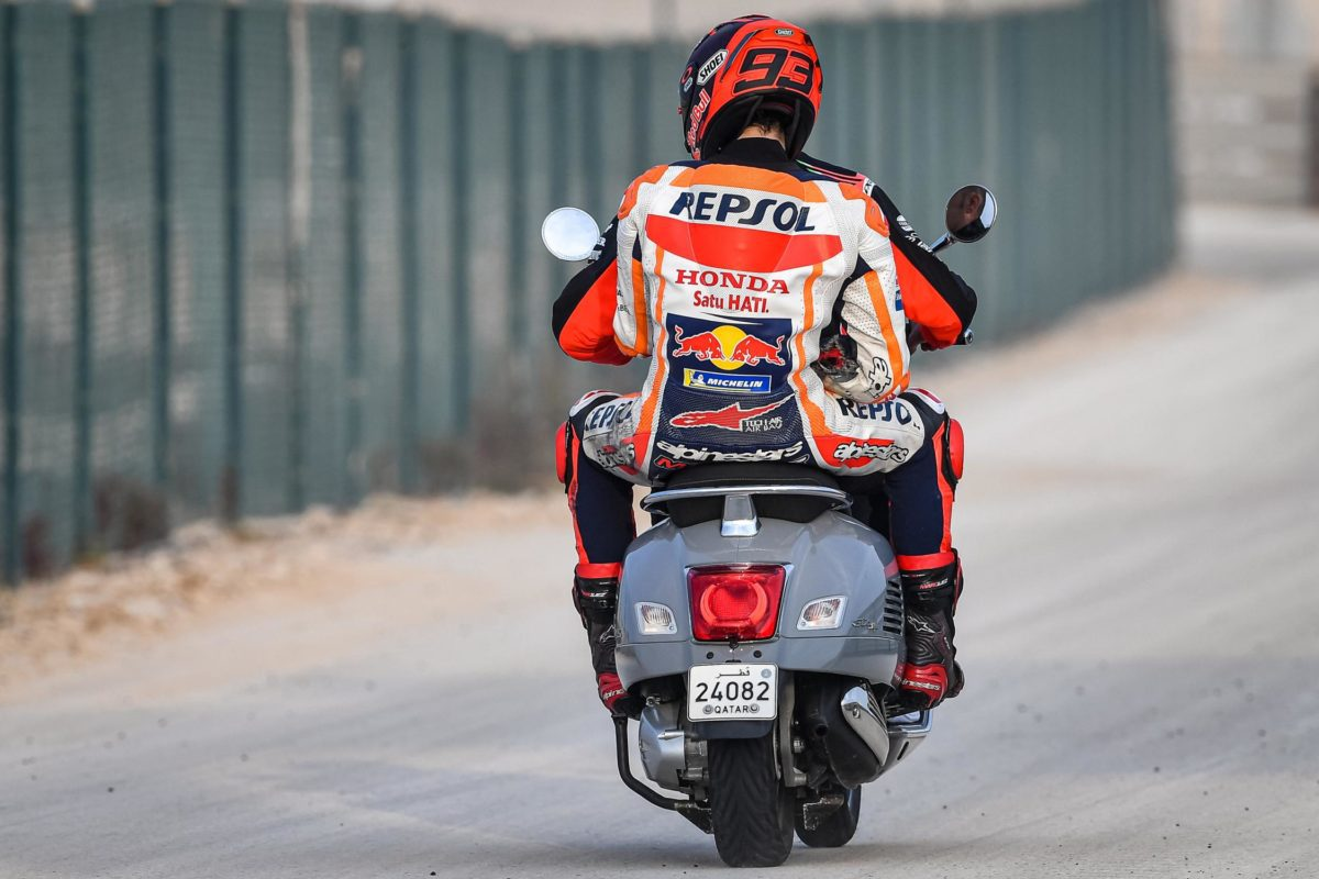 Check out the burst seams on the inside right elbow, so Marquez' vulnerable right shoulder will have taken a pretty big whack in the Day 2 tumble too... not what he needed.